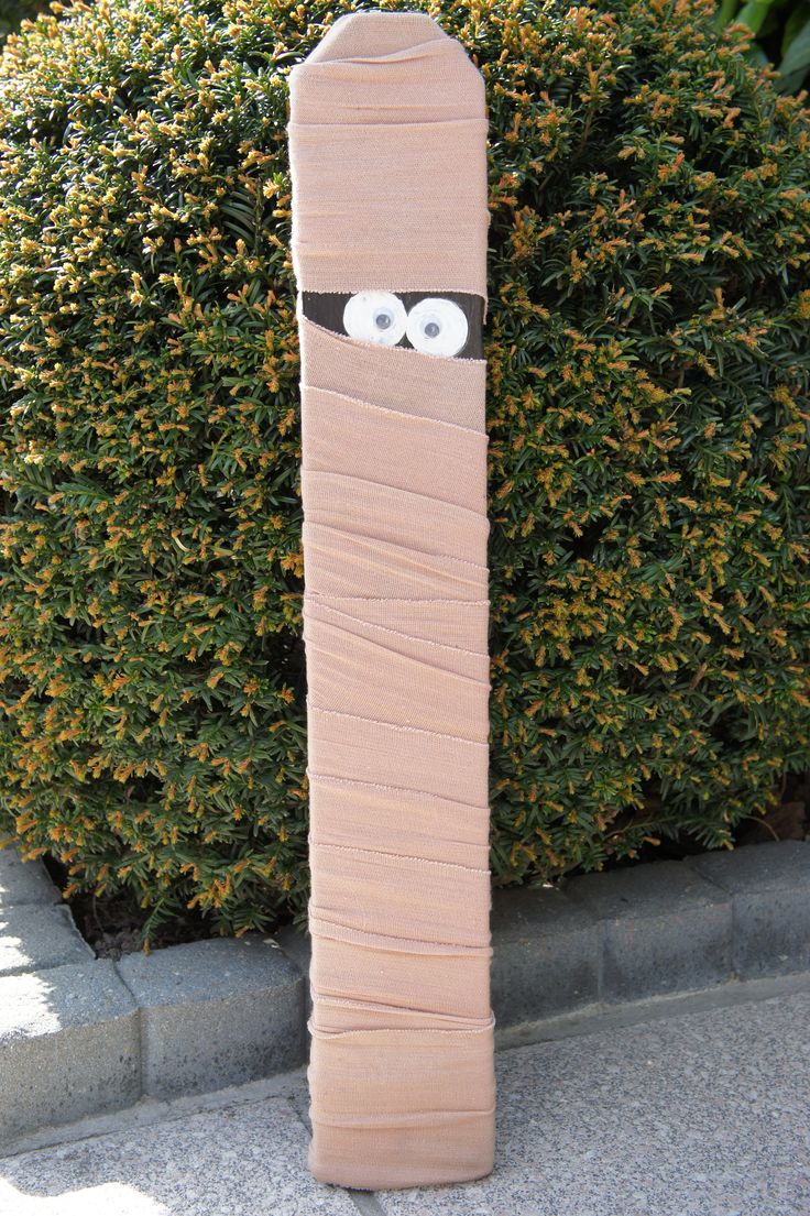 Halloween pallet board. Mummie.