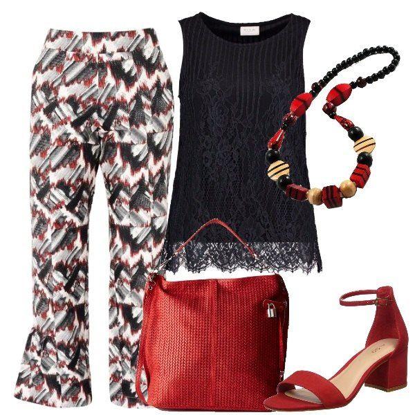 I pantaloni bianchi a fantasia nera e rossa hanno la vita alta e si allargano al fondo con l'orlo alla caviglia. Li abbiniamo alla blusa nera in pizzo foderato senza maniche. Ai piedi sandali in camoscio rossi con tacco comodo e medio e cinturino alla caviglia. Come borsa un modello a spalla in pelle rossa con trama di intreccio e chiusura a zip. Per finire collana di legno con composizioni di varie forme nei toni del nero, rosso e beige.