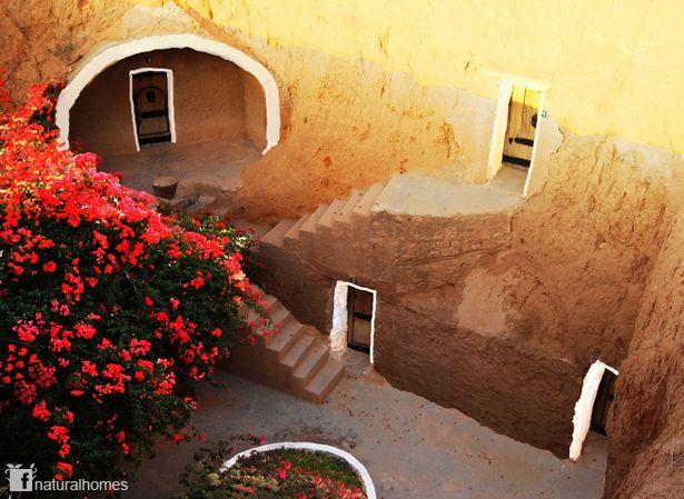 Matmâta, al igual que algunos de los asentamientos de Túnez, están formados por maravillosas casas subterráneas, construidas para evitar el intenso calor y los fuertes vientos del desierto. Para construir las casas, cavan una gran fosa, de unos 7m de profundidad y 10 de ancho. A continuación en los laterales de la fosa, se excavan túneles abovedados de unos pocos metros que forman pequeñas cuevas. Más información en www.naturalhomes.org/es/homes/berber-caves.htm