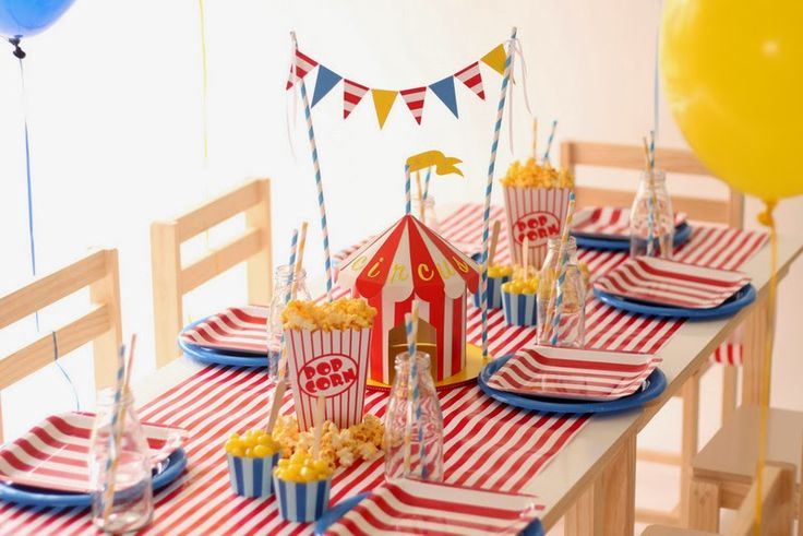 Carpa de circo de papel como centro de mesa