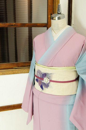 ラベンダー色をおびたピンクにフロスティブルーが美しくぼかされ大胆なストライプを描き出す化繊の単着物です。 #kimono