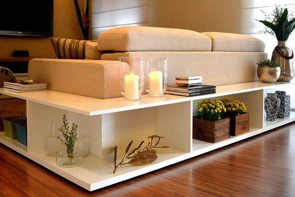 Estanterías con estilo detrás del sofá.
