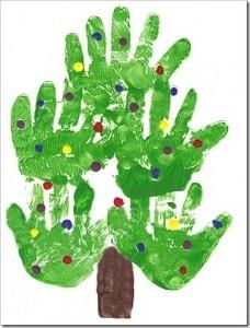 Con nuestras manos, gomets y pintura de dedos podemos crear este estupendo árbol de navidad.