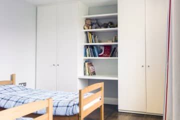Fitted bookcase in a children's bedroom