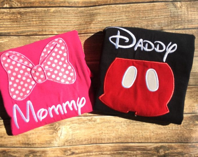 Oh toodles! Este brillante y colorida camiseta de Mickey Mouse es el complemento perfecto para tu fiesta de cumpleaños temática de clubhouse de Mickey Mouse!  Esto se puede también cambiar para reflejar la celebración de cualquier cumpleaños número su poco uno.  Por favor incluya en el checkout: 1. los nombres de cada camiseta ordenadas 2. edad 3. medidas para cada camisa ordenadas 4. la necesidad por fecha  * adultos camisetas unisex tallas small-5 x * las mujeres cortan camisetas tallas…