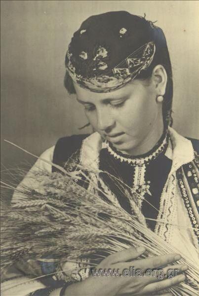 Εορτασμοί της 4ης Αυγούστου: γυναίκα με παραδοσιακή  ενδυμασία της Φλώρινας με στάχυα, 1937. Nelly's (Σεραϊδάρη Έλλη)