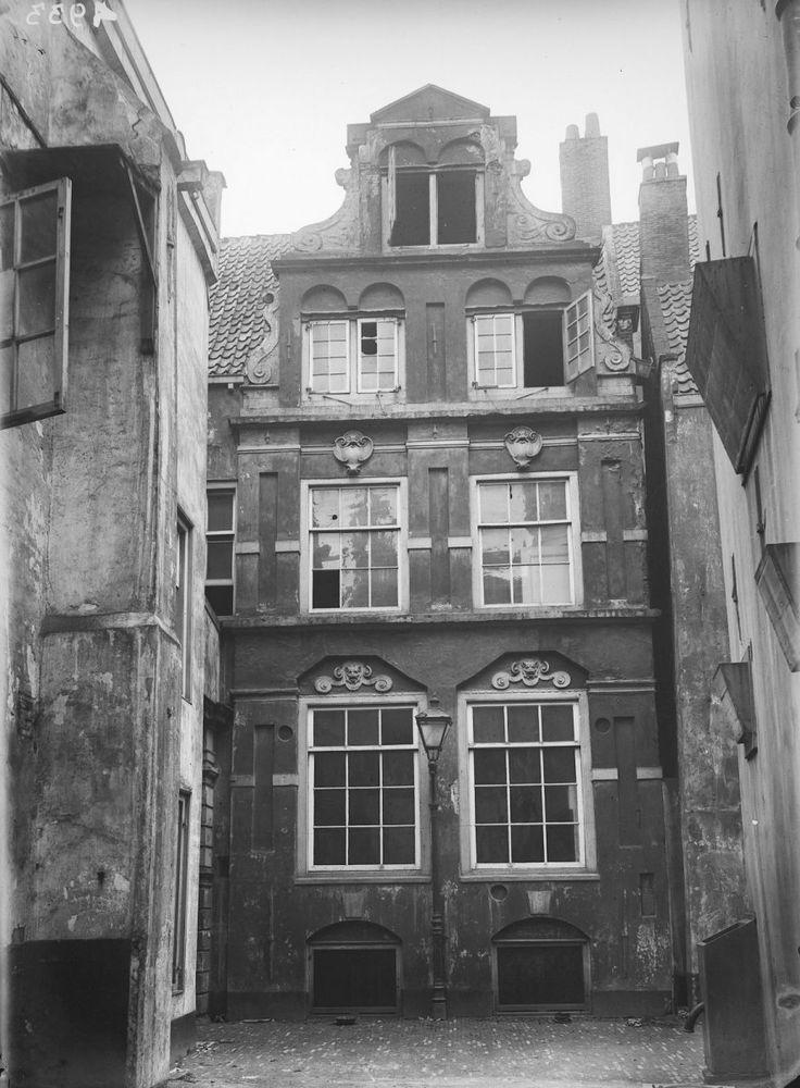 Gevel vanaf de eerste binnenplaats van het voormalige rasphuis in Amsterdam, afgebroken in 1896.