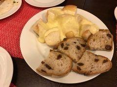 パンにラクレットチーズの一種類目スイスのチーズがのってますレーズンとくるみのパンは人気で必ずお持ち帰りしますこちらにもラクレット用チーズがかかりますよ tags[宮崎県]