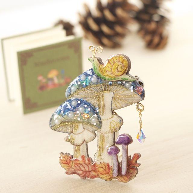 【大人気】雨の日のテングタケキノコの木製お話ブローチ豆絵本付き