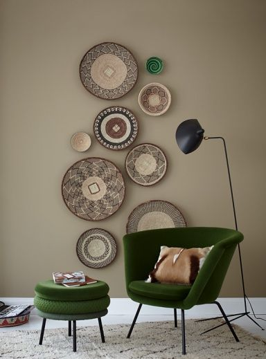 Hübsche Teller und Schalen an der Wand gruppieren