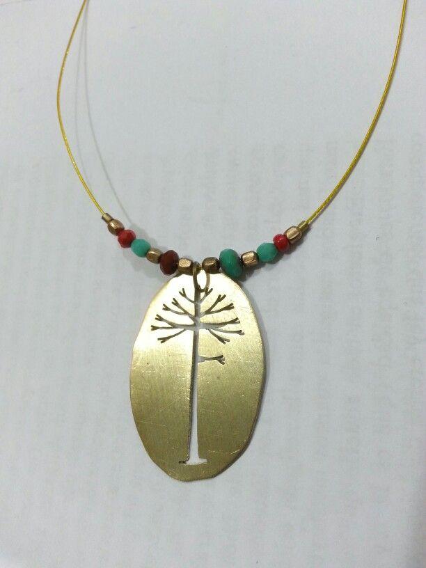 Collar de araucaria en bronce, mostacillas y alambre revestido.