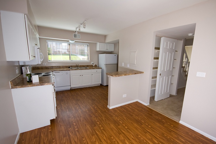 Attractive three bedroom townhome updated kitchen and dining room. Starting from $1700 #brookhill #townhome #westmont