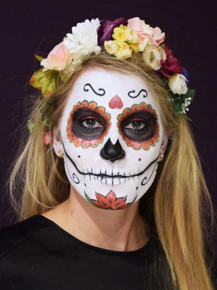 Wer möchte, kann sich einen schönen Blumenkranz ins Haar stecken - das macht den Dia de los Muertos Look perfekt!Die schönsten Accessoires für die Haare hier: Haarschmuck