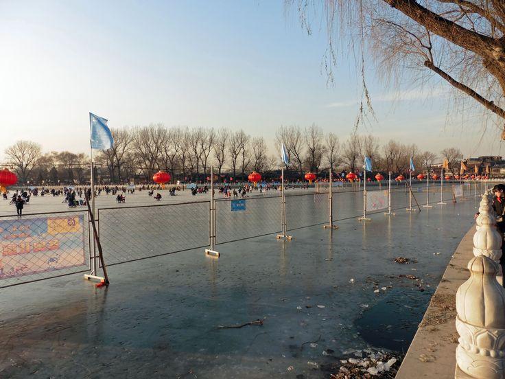 Peking. Rauhallinen tammikuun sunnuntai-iltapäivä. Kaupungin asukkaita kerääntynyt jäälle nauttimaan aurinkoisesta säästä.