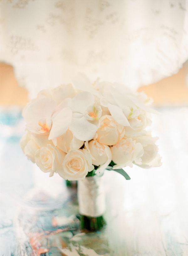 Букет невесты. Белые орхидеи, розы и  пионы. Фото: Максим Колибердин
