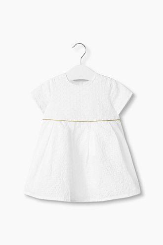 Esprit 169  -Ta cudowna sukienka wyprodukowana została w całości z eleganckiej, francuskiej ażurowej koronki, a dzięki wykonaniu z czystej bawełny jest niezwykle wygodna. -Kontrafałdy podkreślają rozkloszowany fason spódnicy.  -Pięknym akcentem jest lureksowa tasiemka w złotym kolorze podkreślająca talię.  -Listwa guzikowa z tyłu ułatwia zakładanie i zdejmowanie sukienki.