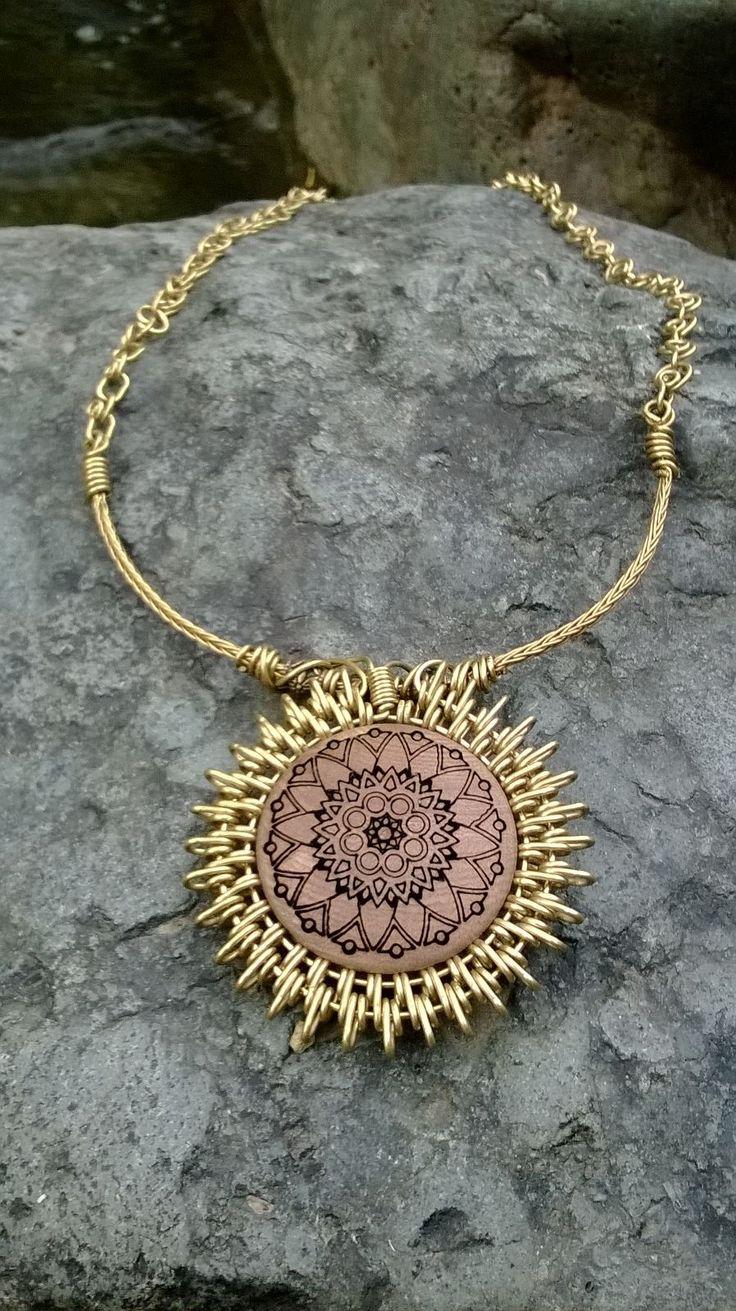 collar en bronce con mandala grabado en madera $35