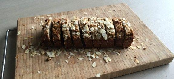 Dit recept is gemakkelijk te maken en leuk om te maken. Je kan een sneetje koolhydraatarm bananenbrood eten als ontbijt, snack of nagerecht.