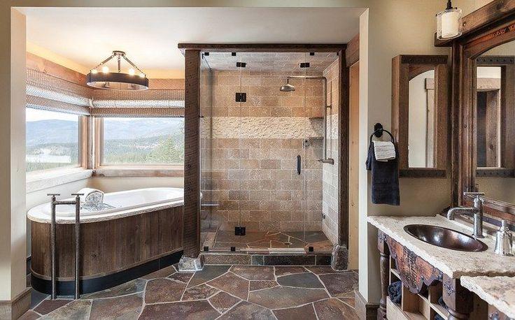 salle de bains rustique avec sol en pierre naturelle, tablier de baignoire en bois massif et lustre rustique