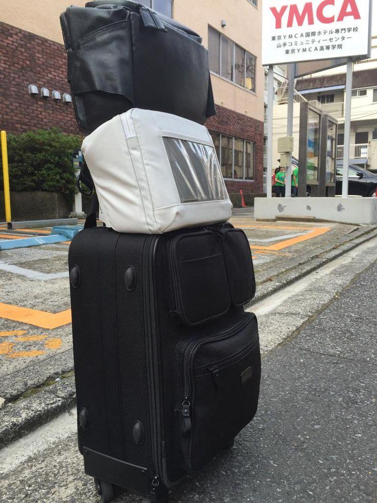 """塩澤一洋, Kaz ShiozawaさんはTwitterを使っています: """"白黒2つの「とれるカメラバッグ」に本日収めた機材。MacBook、iPad Air 2。カメラはシグマ4台、リコー2台、キヤノン1台、オリンパス1台。シグマのレンズ3本。キヤノンのビデオカメラ。バッテリ6個。ポケットWi-Fiなど。 http://t.co/Q6Aa3fNc9t"""""""