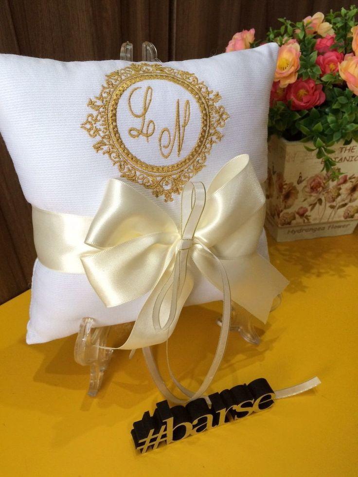 Isto é o que chamamos de personalização! Almofada com o brasão/monograma do seu casamento, na cor que você desejar.   Medidas: 20x20