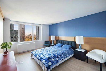 Harmony of blue. Contrast color on the wall support blue circles on the bedding and night lamps.