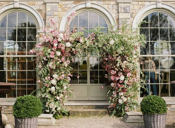 With @putnamflowers behind the design, it's no surprise that this floral arch is an absolute dream!