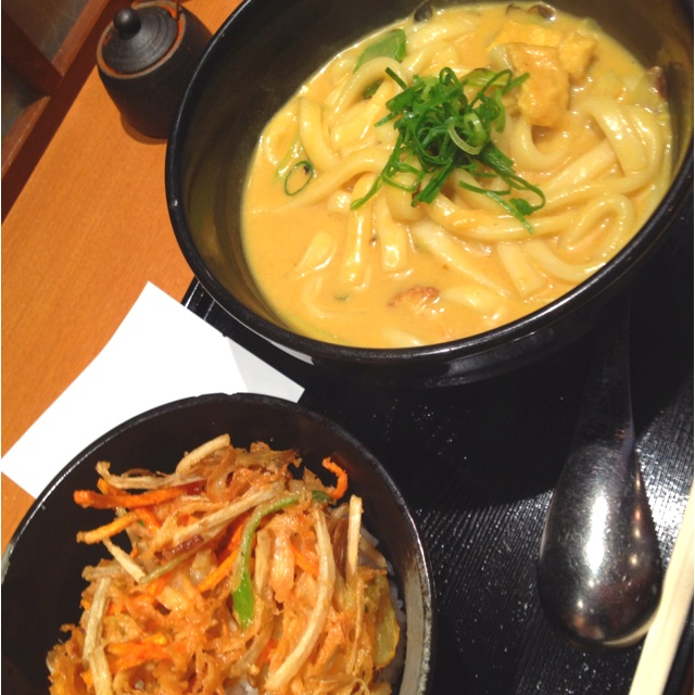 <渋谷 千吉> 千吉カレーうどん、かき揚げ丼セット。最後にご飯とスープでいただきます。