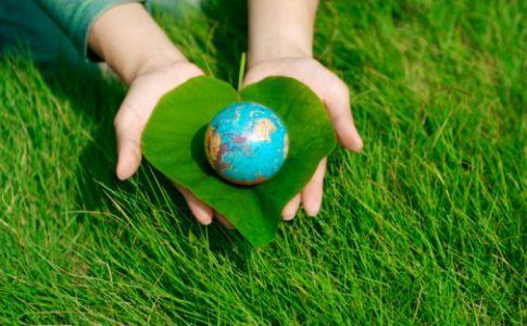 Diciembre 06: La energía del día nos aporta amabilidad, entusiasmo, creatividad y mucha pasión en lo que pensamos, sentimos y hacemos. Estaremos inclinados a conectarnos con la naturaleza. Para que la Tierra pueda sanarse, necesitamos respetarla y cuidarla al máximo. Podemos buscar lugares de poder y de energías elevadas cerca de donde vivimos y acercarnos a recibirlas. Por ello nos muestra las formas de disolver aquello que a ella le sobra así como de divulgar lo que necesita.