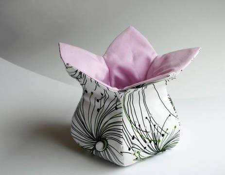 Wie ein sich gerade öffnender Blütenkelch nimmt dieses Stoffkörbchen alles auf, was man hineingibt. Als Brötchenkorb zaubert es gute Laune auf den Frühstückstisch und passt sowohl zu Kaffeebechern als auch zu edlerem Geschirr. Du kannst es natürlich auch als Utensilo verwenden, denn die wundervolle Blütenform ist nicht nur praktisch, sondern auch ein echter Blickfang. Verschenke es zum Einzug, oder zu Ostern, als Geburtstagsgeschenk … Das E-Book enthält eine sehr ausführliche Nähanleitung…