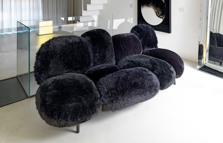 Cipria - a very striking upholstered piece featuring nine cushions, independent and fastened to an invisible structure in metal tubing. Cipria offers different seating options, for formal poise or total reclining relaxation.