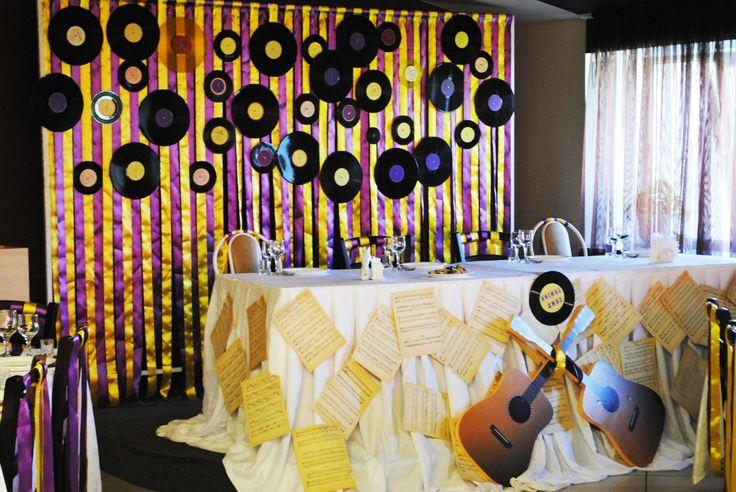 Оформление свадьбы в стиле рок-н-ролл, пластинки, гитары, нотные листы