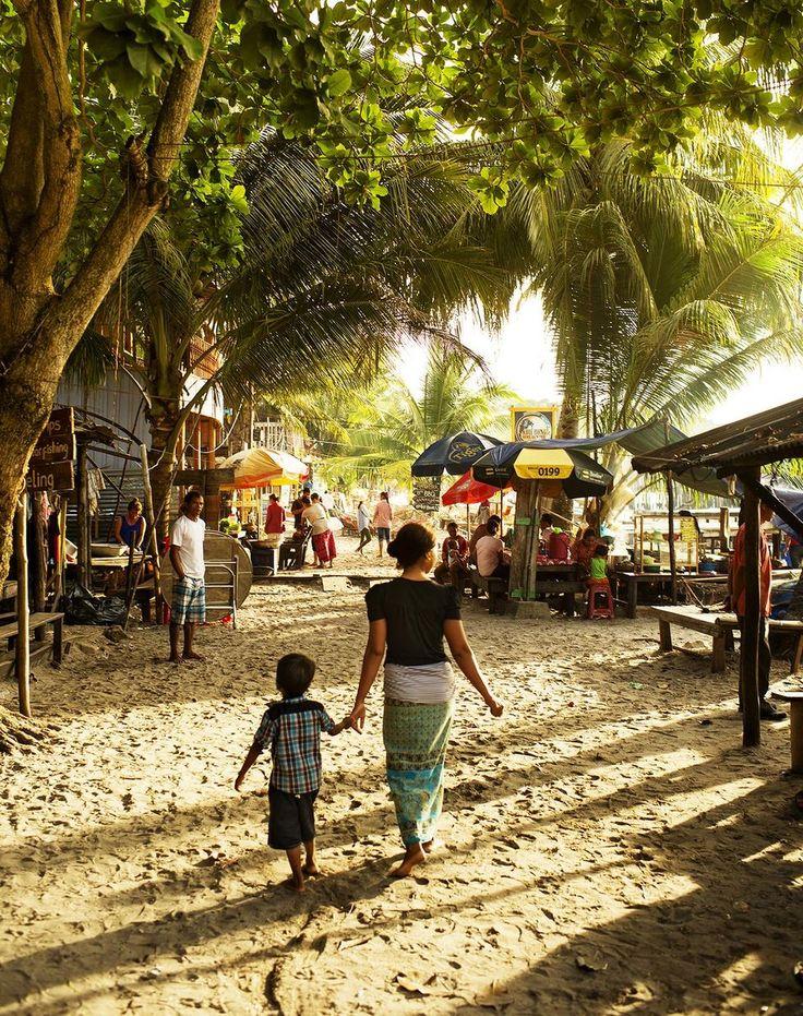 Kambodja: Barfotashopping på Koh Rongs storgata. Foto: Jonas Gratzer.