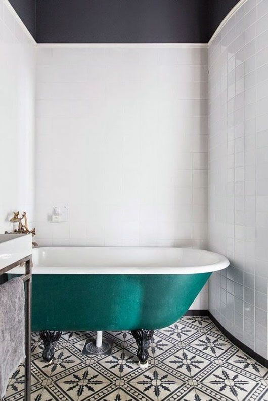 White room, navy ceiling, teil tub