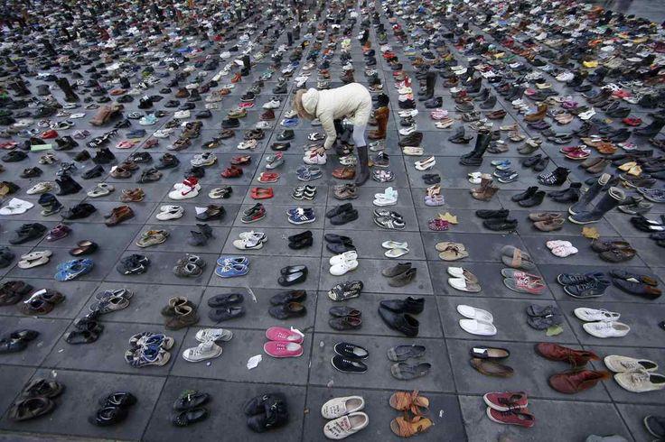 Migliaia di scarpe a place de la Republique a Parigi per evitare il divieto di manisfestazione. Vigilia blindata del COP21 (FOTO)