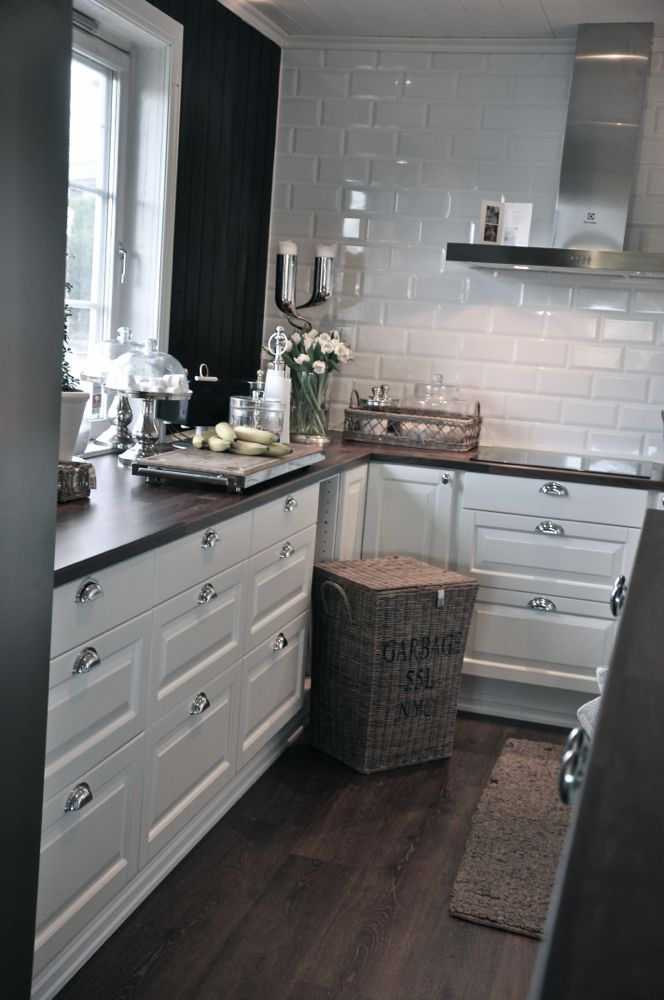how to make kitchen cabinets shine the white cabinets with silver the shiny white tiles 17123