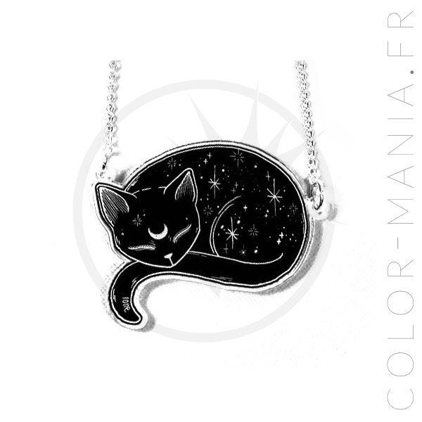Comment résister à ce chat mystique paisiblement endormi mais dont le croissant de lune dessiné sur le front laisse deviner qu'il pourrait bien être le familier d'une sorcière ? Si vous aussi rêvez d'avoir des pouvoirs mystiques, adoptez ce collier sans plus attendre !