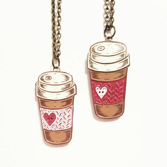 Koffie, zal reizen! Een perfecte gift voor dat on the go koffie, liefdevolle knitter!  Deze aanbieding is voor een kleine 1 x 3/4 koffie kopje reizen met een gebreide koffie gezellige hanger gemaakt in een bruin polymeerklei met room, roest rood, turquoise en bruine acrylverf. Het koffiekopje is een origineel ontwerp en is gemaakt met een handgesneden stempel. Het is verdrietig en verzegeld met een duidelijke gloss sealer. Vanwege de willekeurige aard van schrijnende, elke hanger zal er iets…