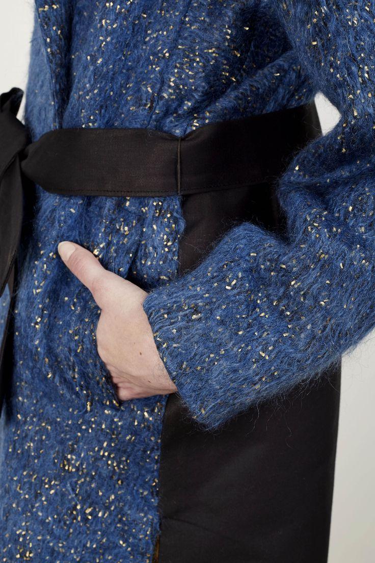 a.guery - Manteau en Mohair-lurex teint à l'indigo et satin de coton apprêté noir - Photographie Stéphane Ruchaud