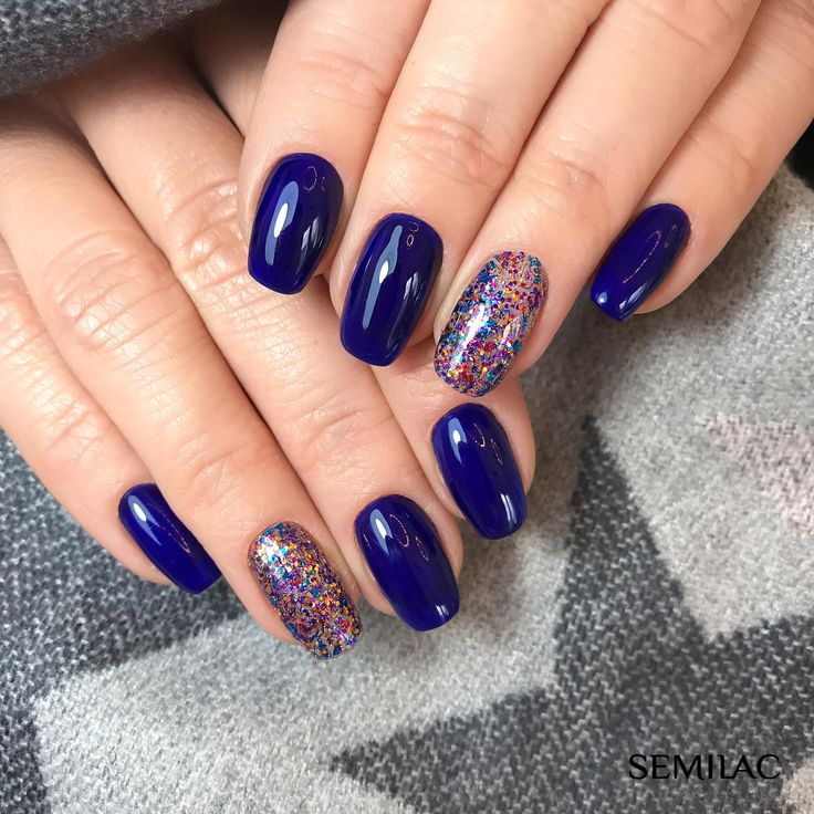 Navy nails, glitter accent nail.