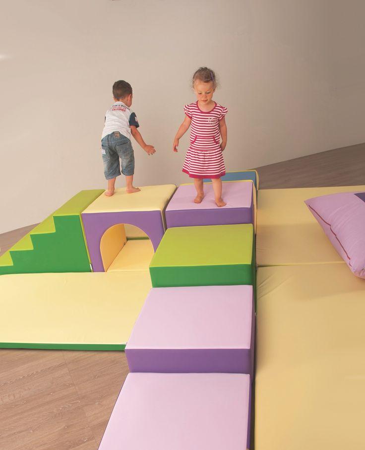 PERCORSI: Il bambino desidera entrare in relazione con il mondo, conoscerlo e sperimentarlo attraverso i suoi filtri sensomotori. Il grande mediatore di apprendimento è il suo corpo, che intercetta la fisicità delle sue interazioni attraverso il protagonismo esplorativo. I percorsi della linea SMIF sono un'opportunità per sperimentare le sue abilità e l'efficacia delle sue azioni. Derivano da geometrie di organizzazione spaziale che si sviluppano con modalità lineari.