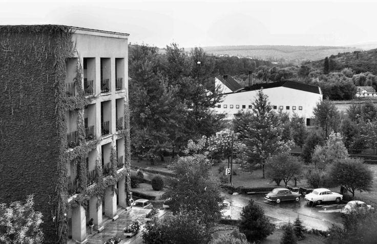 Egyetemváros, Nehézipari Műszaki Egyetem (ma Miskolci Egyetem), az E/3-as kollégium bejárati homlokzata az \ 1966