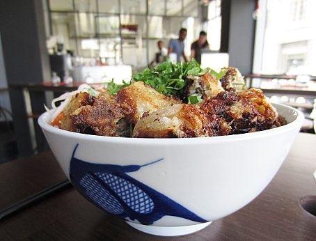 Le Petit Cambodge // 20 rue Alibert 75010. J'imagine qu'en termes de nourritures asiatiques, on a trouvé moins bobo, mais quand on en a marre des dragons des cantines du 13e, on vient là ?