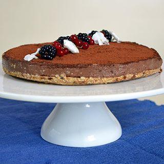 """Čokoládovo-banánový RAW dort (RAW chocolate-banana cake)  RAW desertů jsem už připravila hodně. Tento dort si nás ale získal na první ochutnání a jeho skvělá konzistence vyloženě vybízí k jeho otestování i ze strany """"RAW nepolíbených"""" gurmánů... Tak proveřte stav zásob ořechů a datlí a vzhůru do toho 😉  RAW strava (úprava potravin do 42st) je v módě. U stravou nevyhraněných lidí vítězí z tohoto přístupu zejména RAW deserty. Ani my nejsme výjimkou a alepoň jednou měsíčně si nějakou tu…"""