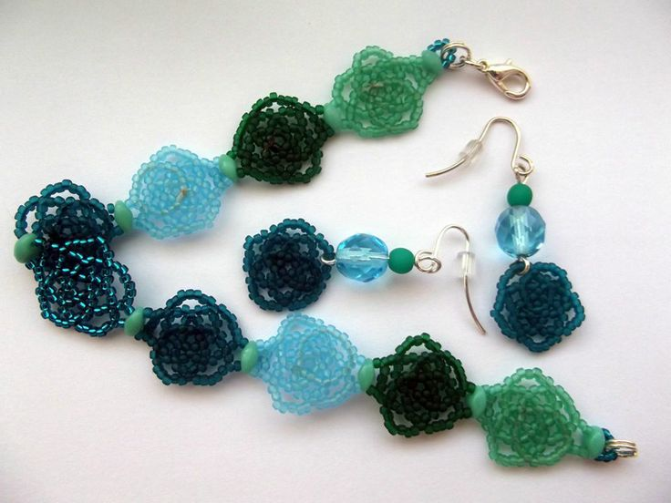 Green flowers bracelet and earrings beading