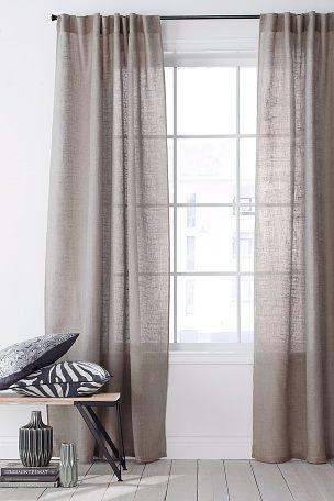 Samen met de frisse groene tinten komen deze aardse linnen gordijnen met een zachte bruine tint goed tot hun recht.