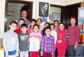 İzmirli Karikatürist Mustafa Yıldız çocuklarla buluşmaya devam ediyor. Karikatür çizmenin yöntemlerini anlatıp, canlı performanslar yapıyor