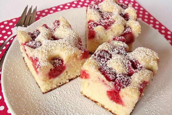 Rychle připravený ovocný koláč. Ovoce můžete použít libovolné, na co máte právě chuť.