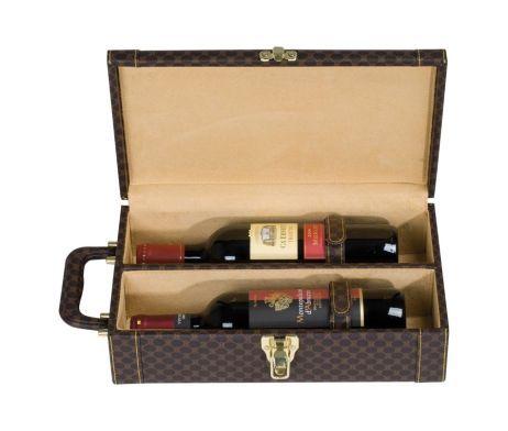 Luxusný kufrík na víno s ergonomickou nosnou rúčkou. Tento luxusný kufrík je vybavený polohovateľnou ergonomickou nosnou rúčkou pre ľahké prenášanie. Do kufríka sa vojdu dve fľaše vína alebo iného druhu alkoholu. Vnútro kufríka je obložené mäkkým čalúnením so semišovým vzhľadom, s pevnou rozdeľujúcou stenou. Stabilitu fliaš zabezpečujú dva pevné pásy. Kufrík je v hnedej farbe. http://www.luxusne-doplnky.eu/