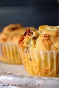 Herzhafte Muffins mit getrockneten Tomaten und Schafskäse